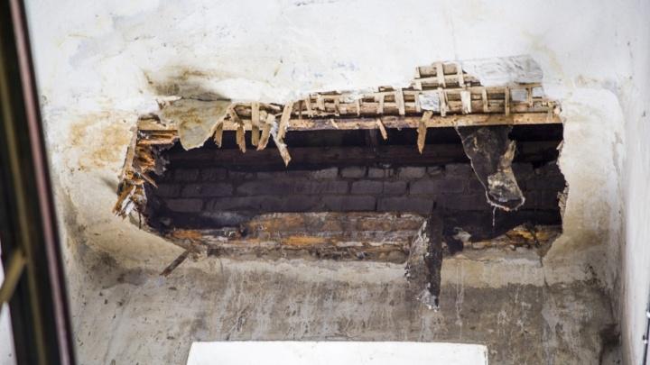 Я сам лазал — там гниль: глава района выехал в дом, где радиомеханик провалился сквозь потолок