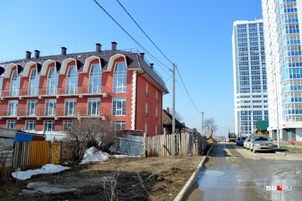 Красная трехэтажка появилась раньше, чем соседние высотки, но жильцов там нет до сих пор