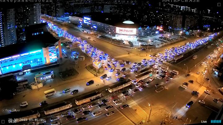 «Месиво из машин!» На Северо-Западе Челябинска в вечерний час пик светофоры вышли из строя