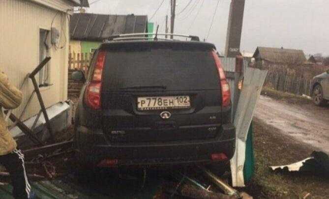 В Башкирии пьяный водитель снес забор и калитку частного дома