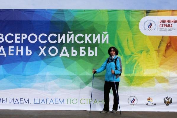Татьяна Коваленко занимается скандинавской ходьбой