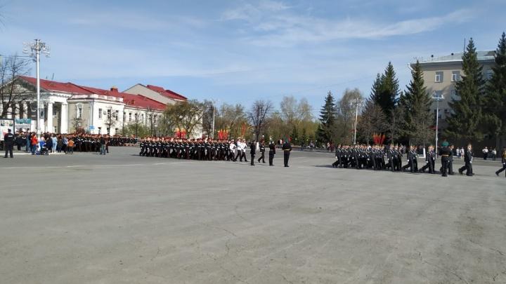 На центральной площади Кургана репетируют парад ко Дню Победы