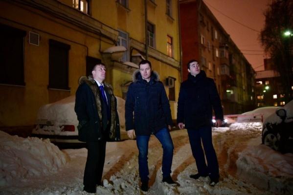 Мэр Ярославля погулял с подчинёнными по дворам в центре города и увидел, как живут в его городе люди
