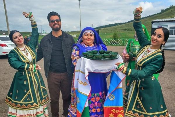 Мексиканский блогер и тележурналистЭрик Франсеска позирует для фотографии с женщинами, так похожими на его родичей