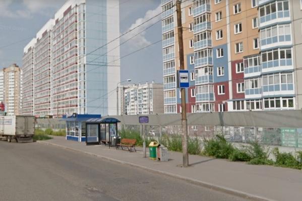 Во время ветра перевернуло остановку на улице Чернышевского
