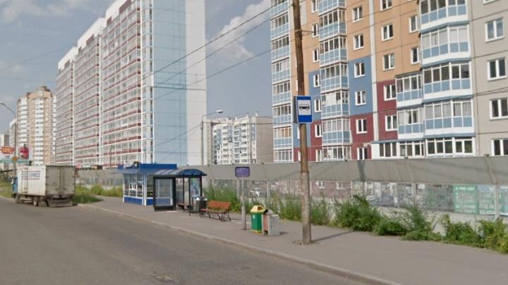 «Так даже удобнее»: в Покровском сделали смешное фото на перевернувшейся из-за ветра остановке