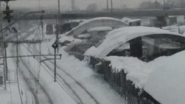 Очевидцы: «У Кировского рынка под весом снега рухнули два пролёта крыши перехода»