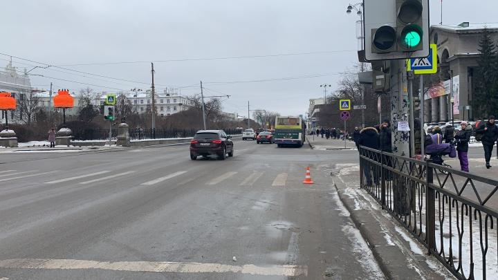 Один шёл на красный, другой ехал: у остановки «Оперный театр» автобус сбил подростка