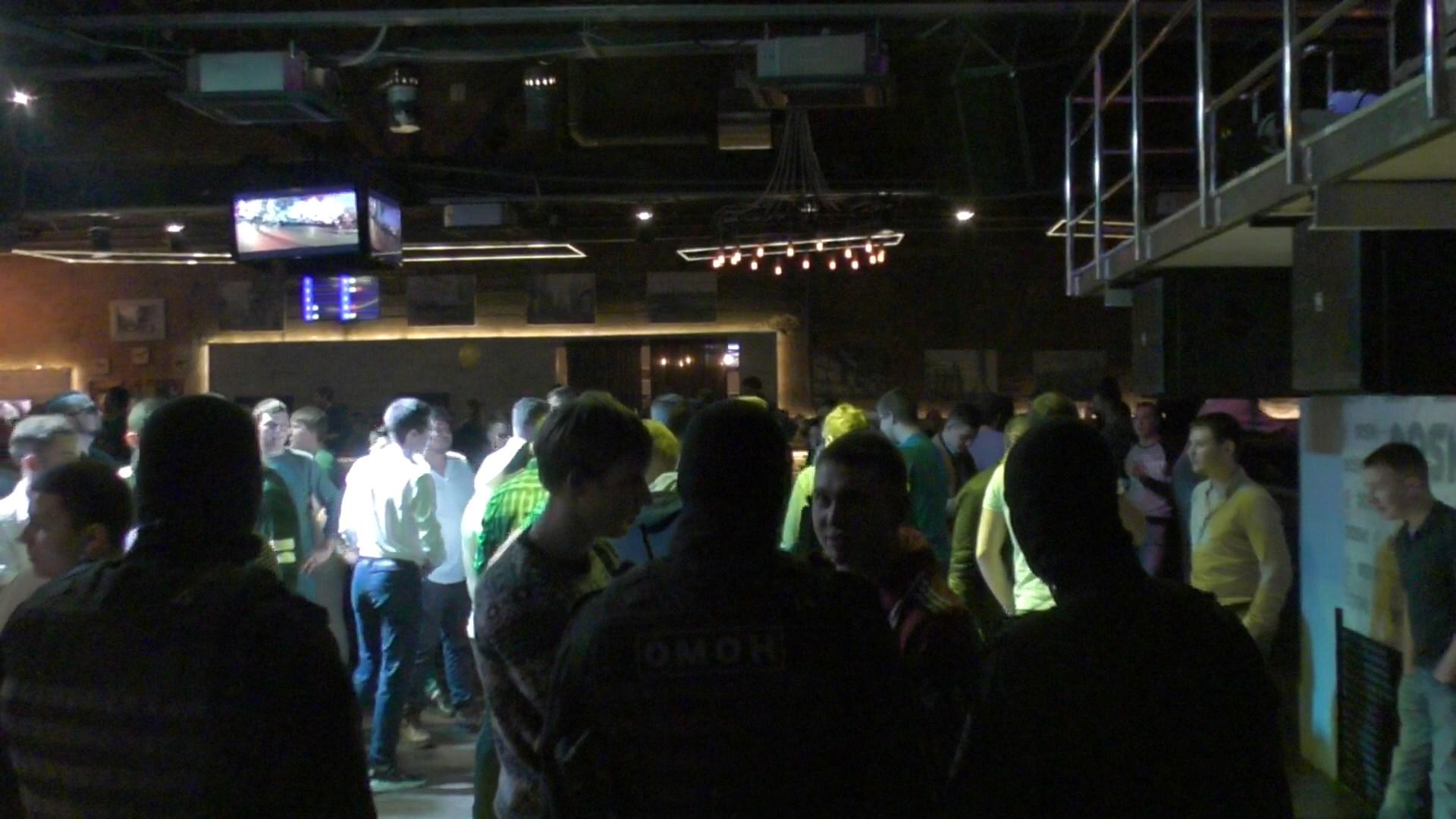 Полицейские проверяют бар каждый месяц