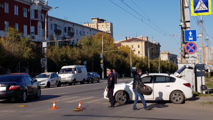 «Очень сильно светило солнце»: в центре Волгограда ослепленный водитель столкнулся с такси