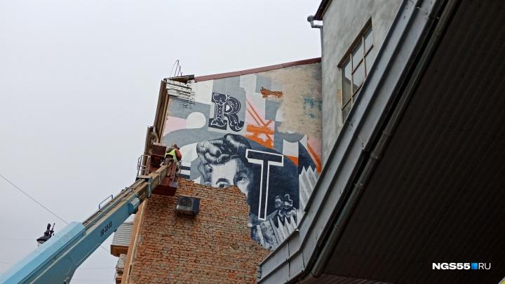 В Омске начали убирать граффити высотой в три этажа от нижегородского художника
