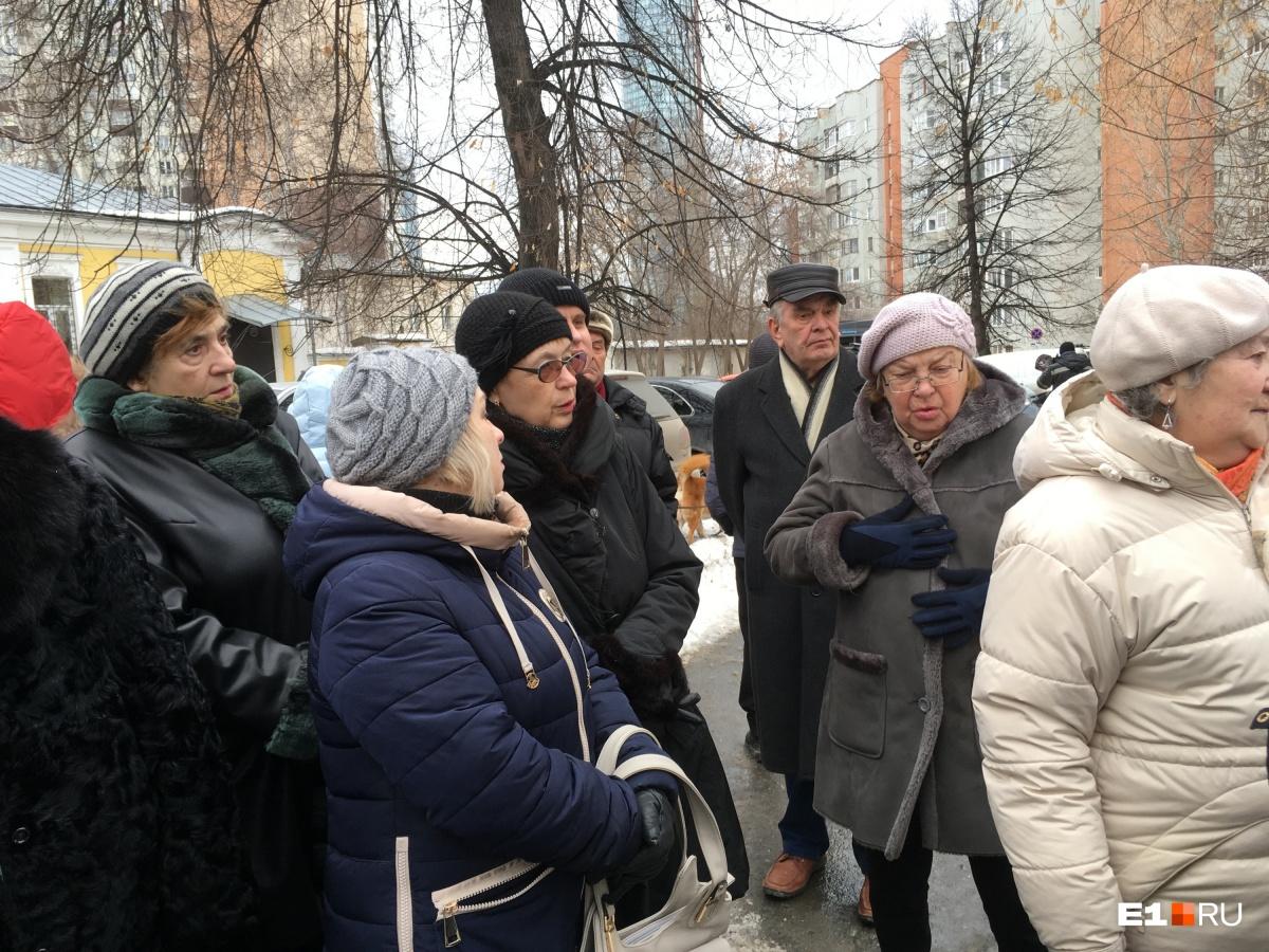 Возмущенные жители хотят вернуть территорию дому, чтобы защитить сквер