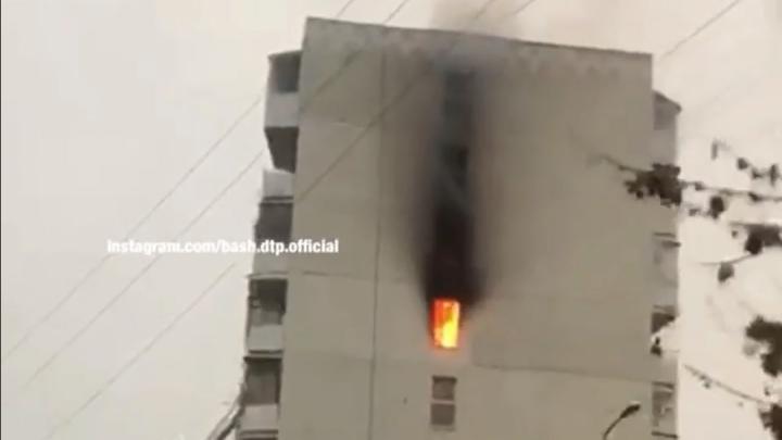 В Уфе горит жилой дом на улице Дмитриева, есть видео