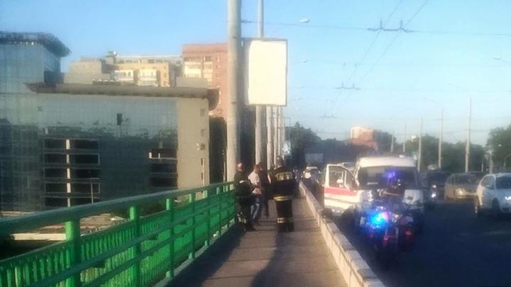 Полицейские и прохожий спасли мужчину, сидевшего на перилах моста в Ростове