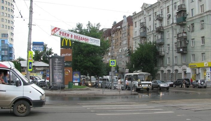 Неизвестные устроили стрельбу около «Макдоналдса» на Полевой