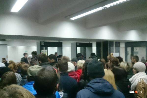 Перед входом в метро выстроилась огромная очередь