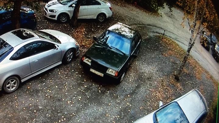 Мужчины, ограбившие посетителя банка на ВИЗе, сбегали от полиции через дворы и попали на видео