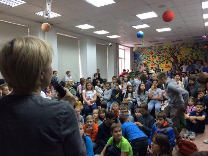 Светлана Гольцер рассказывает школьникам, что теперь она не директор