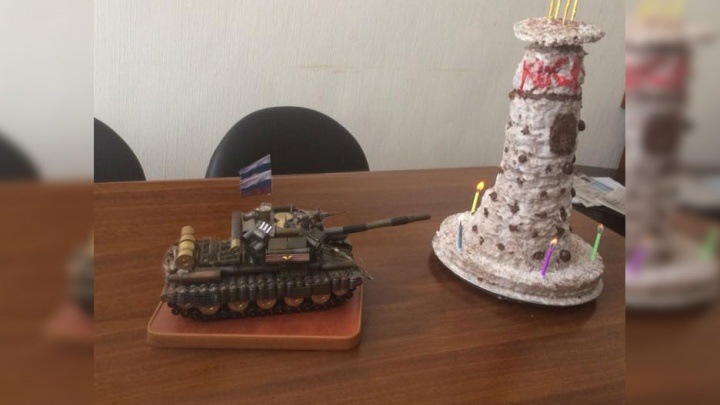 «Открытка со дна»: субботний взрыв в УГМК отметили поеданием торта в виде телебашни