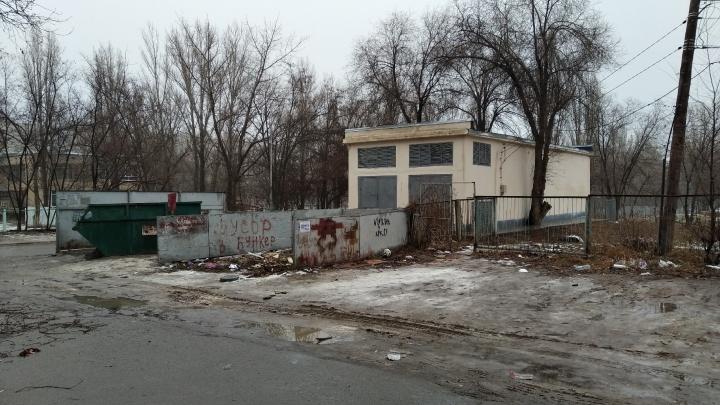 Приходится идти по проезжей части: в Волгограде забыли о фонарях на дороге к школе и детским садам