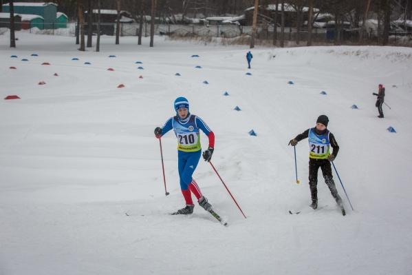 Во время урока физкультуры семиклассница Снежана Хмелёва упала на лыжах и врезалась в металлический турник— учитель утверждает, что не разрешала детям заходить на спуск