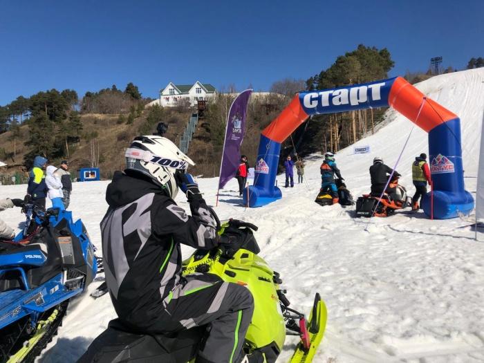 Участникам соревнований на снегоходах нужно было въехать на крутой склон
