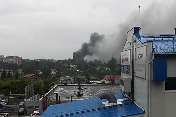 Дым от горящего автобуса поднялся столбом над городским аэропортом (обновлено)