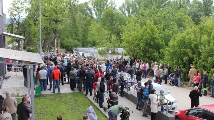 «Наши дома сложатся»: горожане протестуют против стройки ЖК в Постниковом овраге