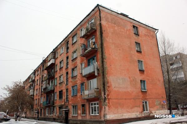 Оранжевая пятиэтажка с виду еще ничего— подобных в спальных районах Омска множество