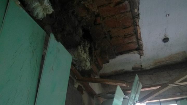 СК проверит южноуральских чиновников после обрушения потолка и стены в доме беременной с детьми
