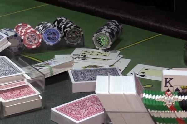 Посетители могли перекусить и тут же сыграть в какую-нибудь азартную игру