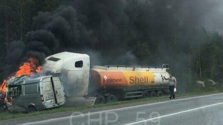 На трассе Пермь — Екатеринбург бензовоз загорелся после ДТП с микроавтобусом