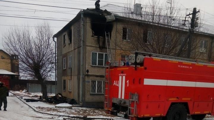 Из пожара в одном из домов Челябинска спасли семью с трёхлетним ребёнком