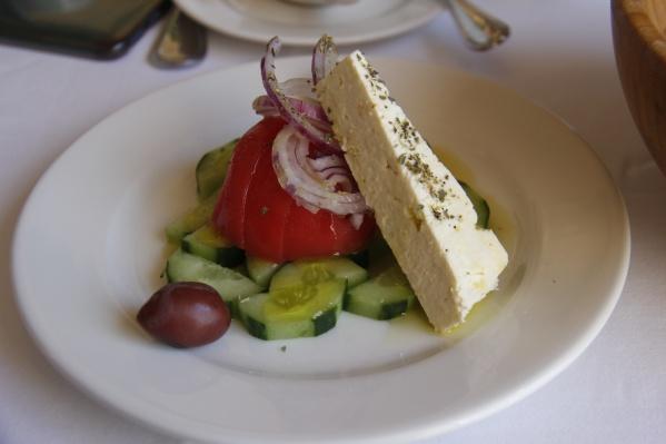 Греческий салат в ресторанеElliniko — его тоже открыл греческий ресторатор Филимон Лазарос
