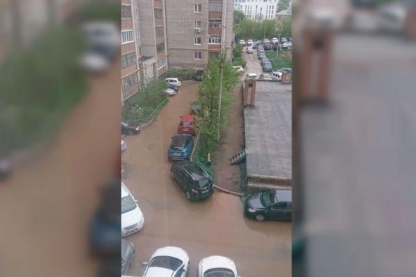 Грязная вода вплотную подступила к подъездам, отрезала пешеходам пути на работу