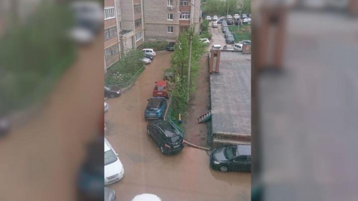 Двор как море: в Уфе на улице Комсомольской прорвало водопровод