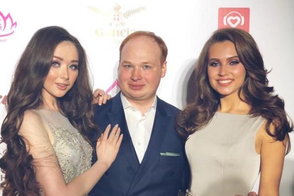 Антон Парамонов с красотками