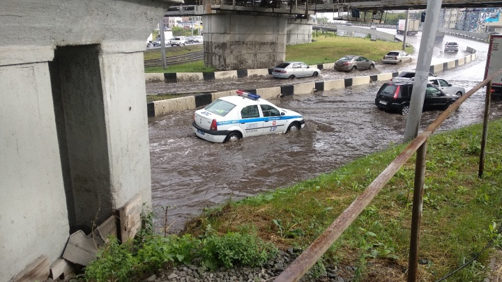 «Мэрия работает, а ливнёвки нет»: дождь парализовал выезд из Ленинского района Челябинска