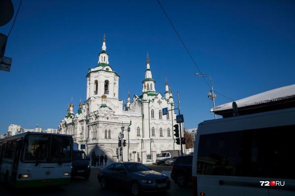 Большевики хотели снести церковь, но сровняли с землей только отдельно стоящую колокольню. В храме в разное время были пересыльная тюрьма, архив, библиотека