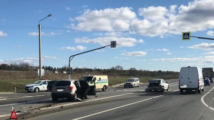 Машина влетела в BMW, стоящую на повороте: пострадал 14-летний мальчик