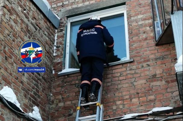 В Новосибирске спасатели через окно забрались в квартиру, где был заперт двухлетний ребёнок