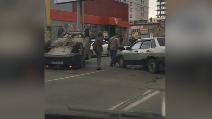 «Выезжал со двора»: в центре Челябинска перевернулась легковушка