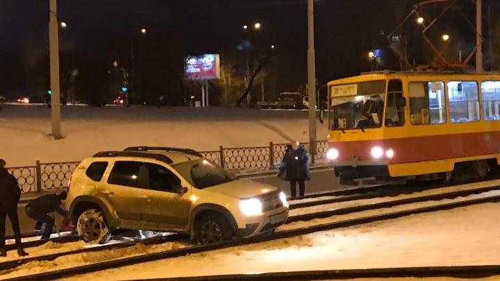 На Халтурина образовалась пробка из-за машины, которая вылетела на трамвайные пути