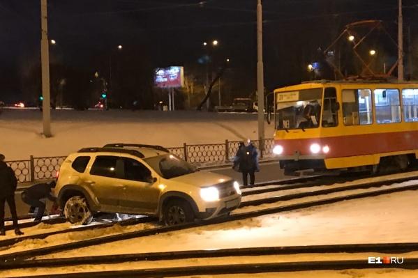 Машина улетела на трамвайные пути