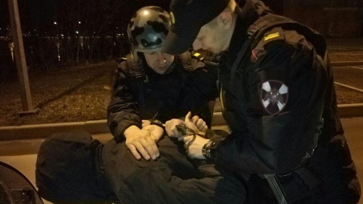 Заблокировали машину и требовали 200 тысяч: ночью на Эльмаше напали на автомобилиста