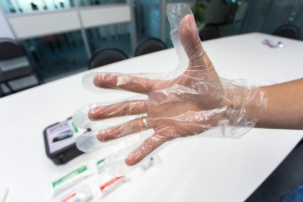 Загляните в свою автомобильную аптечку, там могут оказаться такие вот непригодные перчатки, их лучше заменить