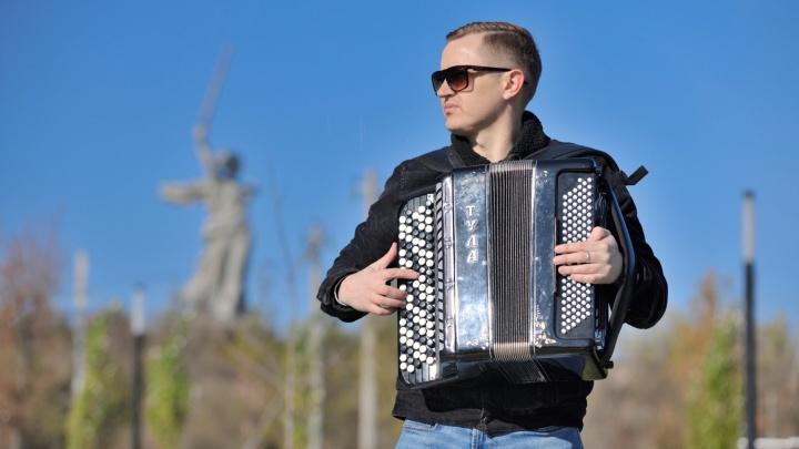 «Снимали на самой романтичной улице»: волгоградский баянист сыграл знаменитую песню Земфиры