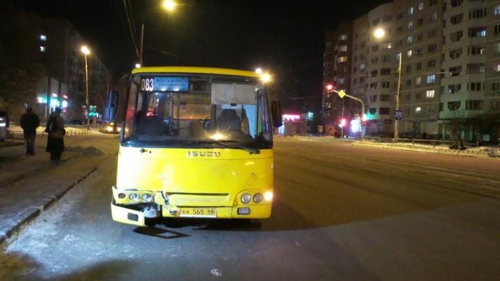 """""""Подумал, что автобус притормаживает"""": на Юго-Западе маршрутка протаранила Opel"""