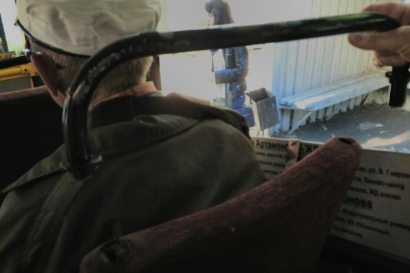 После резкого торможения тюменка улетела в салон вместе с ручкой. Пассажиры регулярно жаловались на состояние автобусов компании «ТЭК»<br>