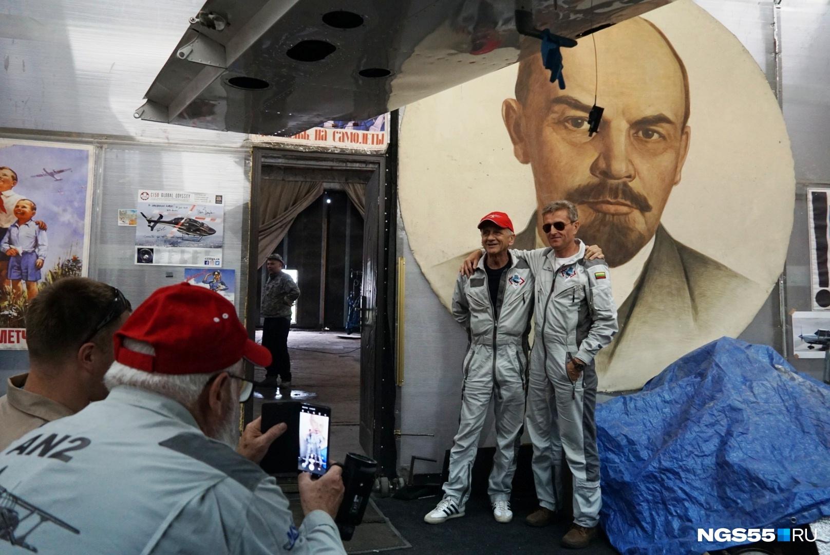 Как тут не обойтись без фото с Лениным?